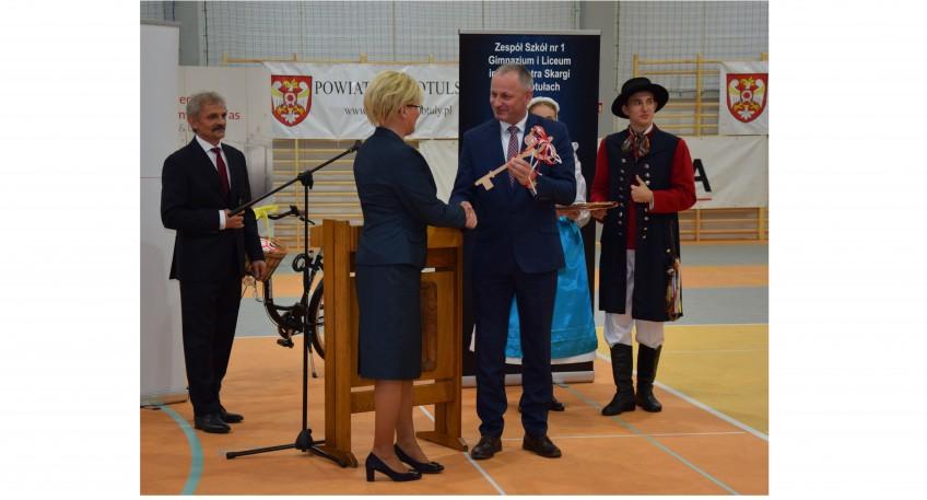 Starosta Szamotulski wręcza Pani Dyrektor duży klucz w ramach oficjalnego przekazania budynku do użytku