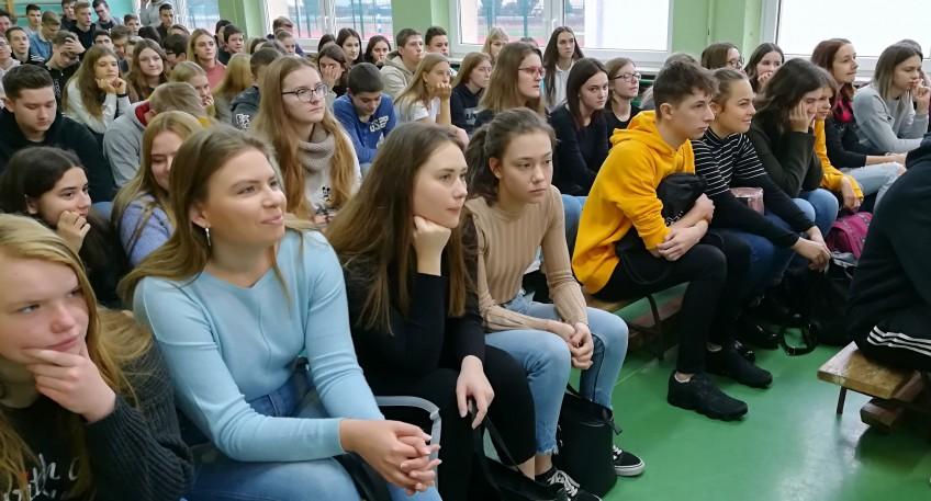 Grupa uczniów słuchająca prelekcji funkcjonariuszy z Policji.