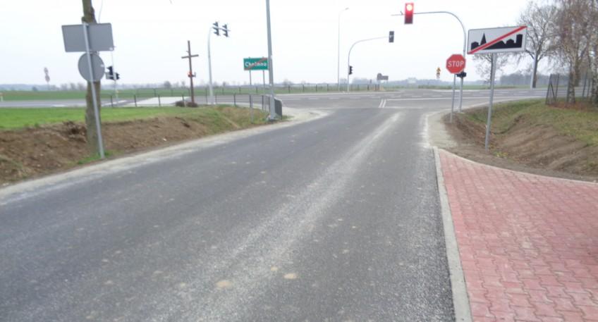 Fragment drogi powiatowej nr 1882P w Chełmnie. W oddali widać sygnalizację świetlną oraz znaki drogowe.