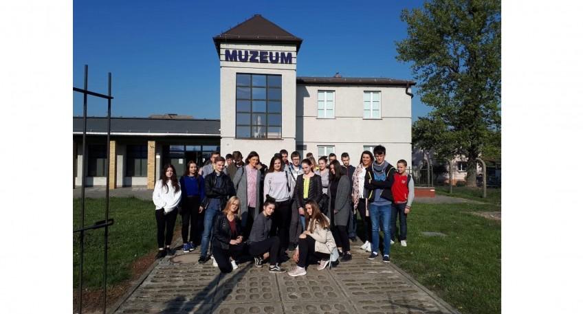 Uczniowie Zespołu Szkół Nr 2 we Wronkach pozują do zdjęcia na tle budynku z napisem