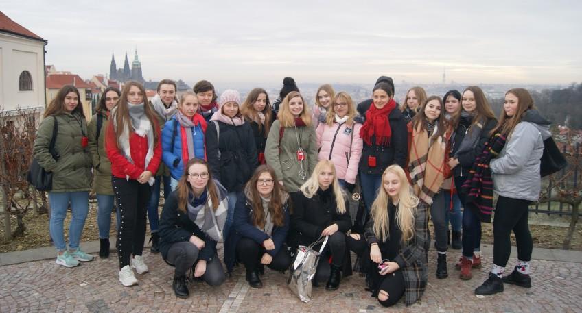 Zdjęcie grupowe uczennic na tle czeskiej Pragi