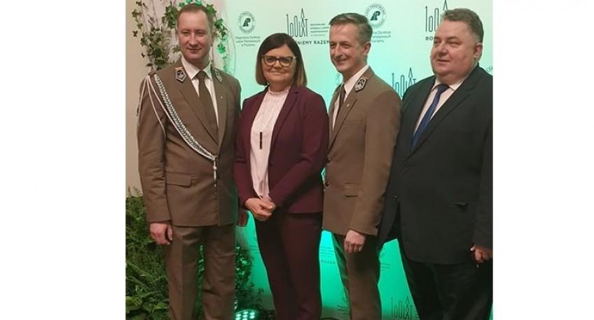 Na zdjęciu stoją cztery osoby, w tym Starosta Szamotulski Pani Beata Hanyżak, Burmistrz Gminy Pniewy Pan Jarosław Przewoźny oraz dwóch przedstawicieli Regionalnej Dyrekcji Lasów Państwowych