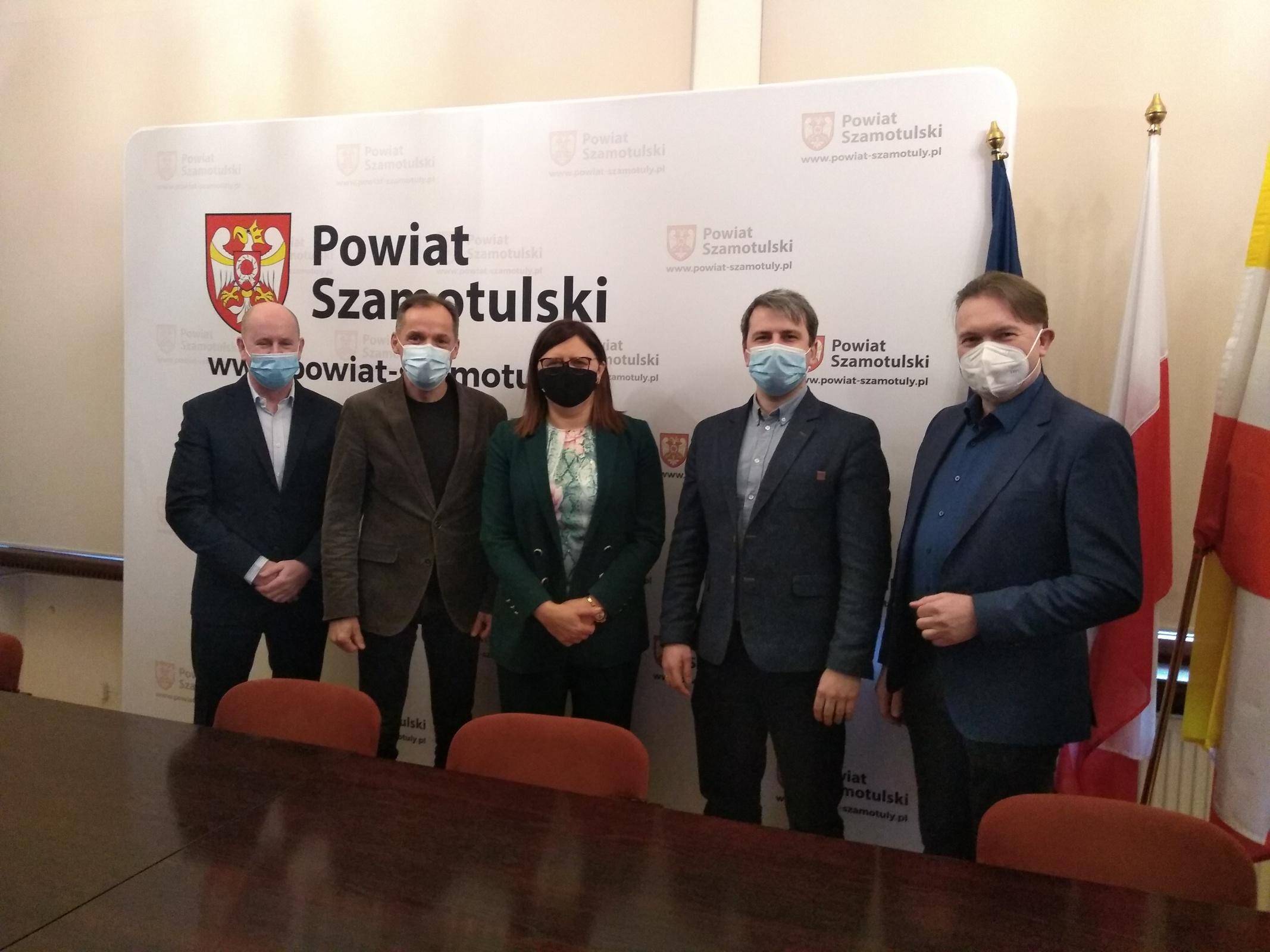 Wspólne zdjęcie przedstawicieli władz Powiatu Szamotulskiego, Dyrektora ZS nr 2 we Wronkach i przedstawicieli firmy SPOMASZ