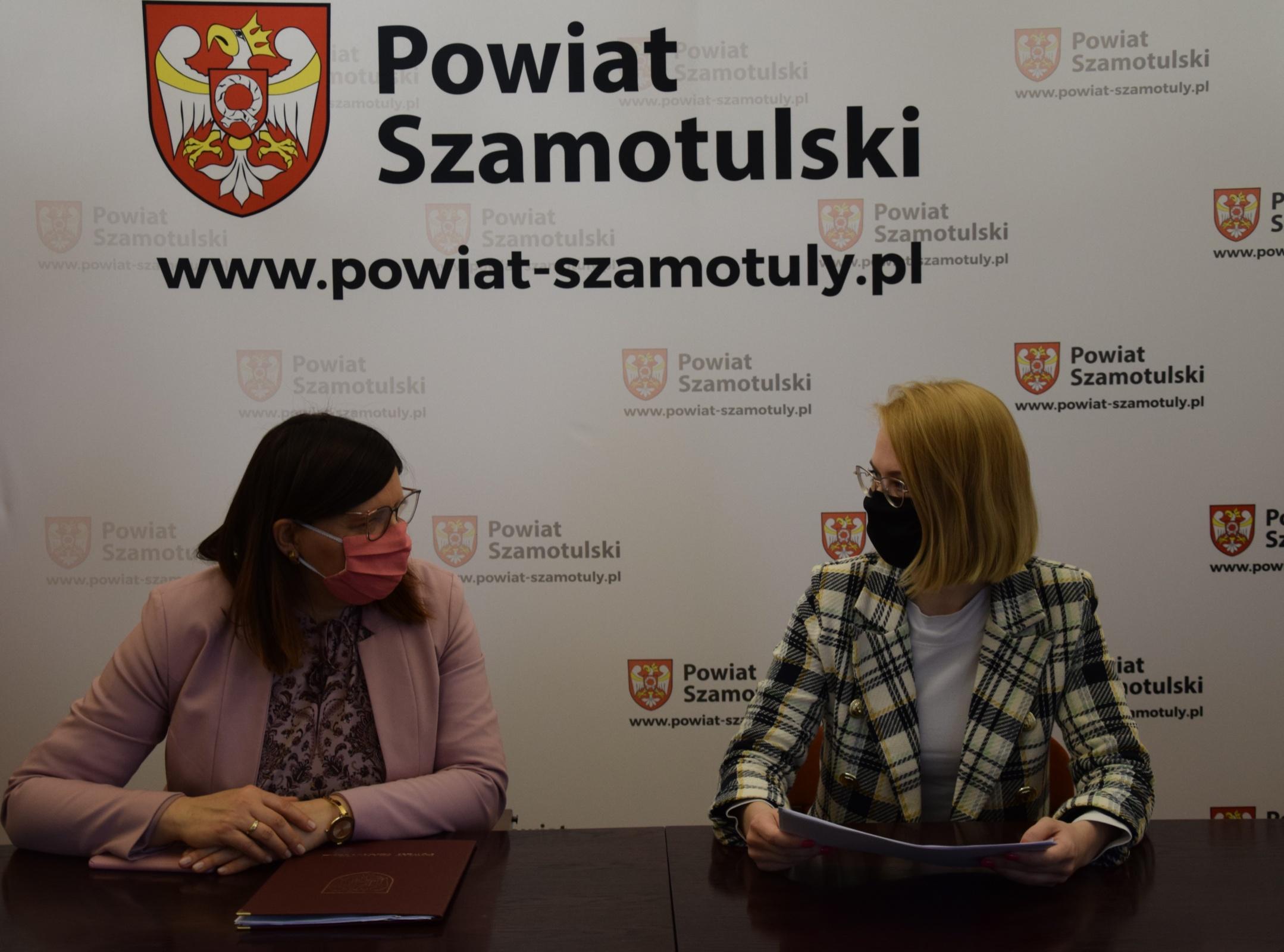 Pani Poseł Marta Kubiak i Pani Starosta Beata Hanyżak rozmawiają o planowanych inwestycjach