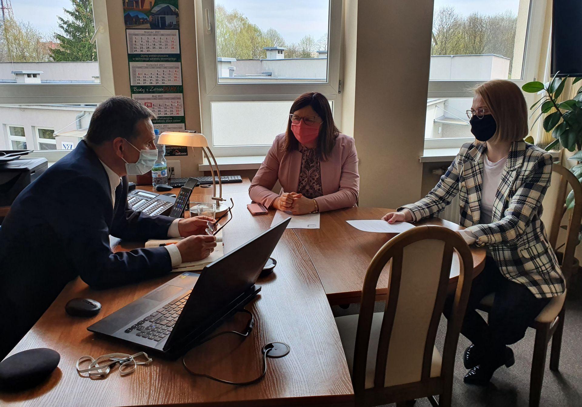 Starosta Beata Hanyżak i Pani Poseł Marta Kubiak rozmawiają z Dyrektorem Szpitala w Szamotułach