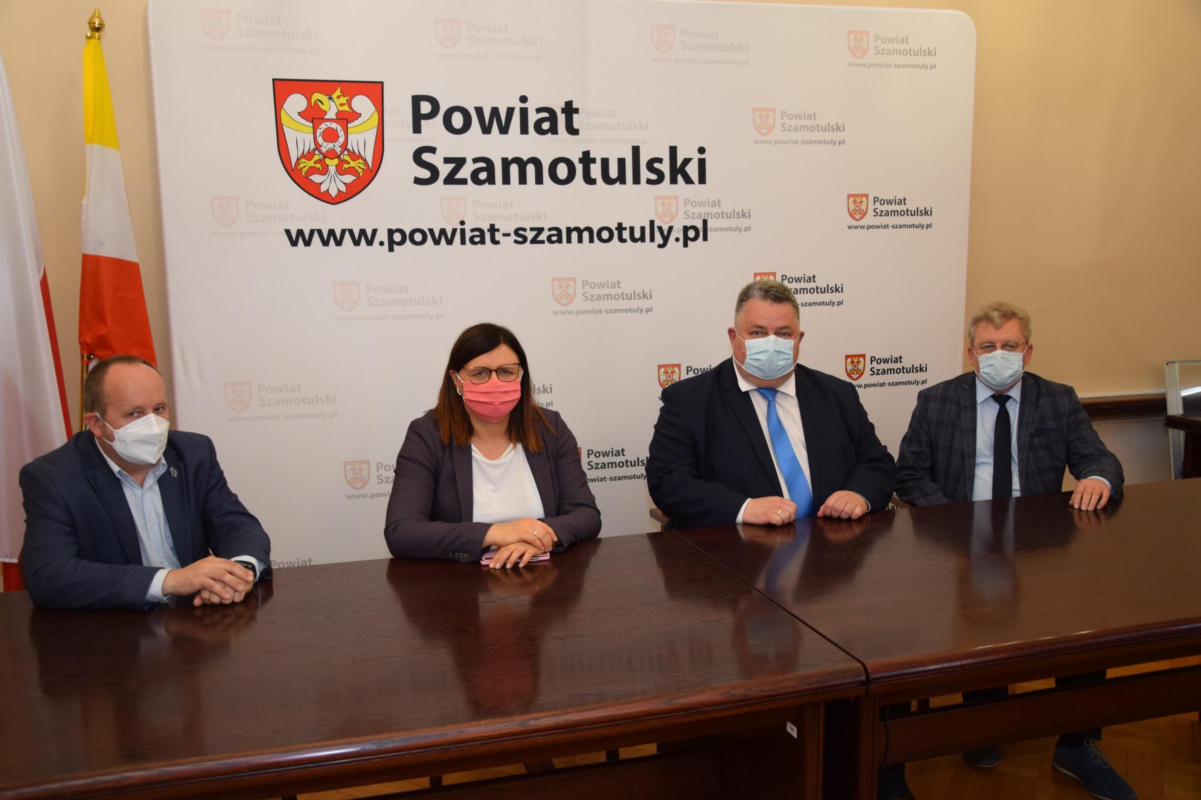 Na zdjęciu od lewej: Jaromir Zieliński, Starosta Beata Hanyżak, Burmistrz Pniew Jarosław Przewoźny i Zastępca Burmistrza Pniew Józef Ćwiertnia