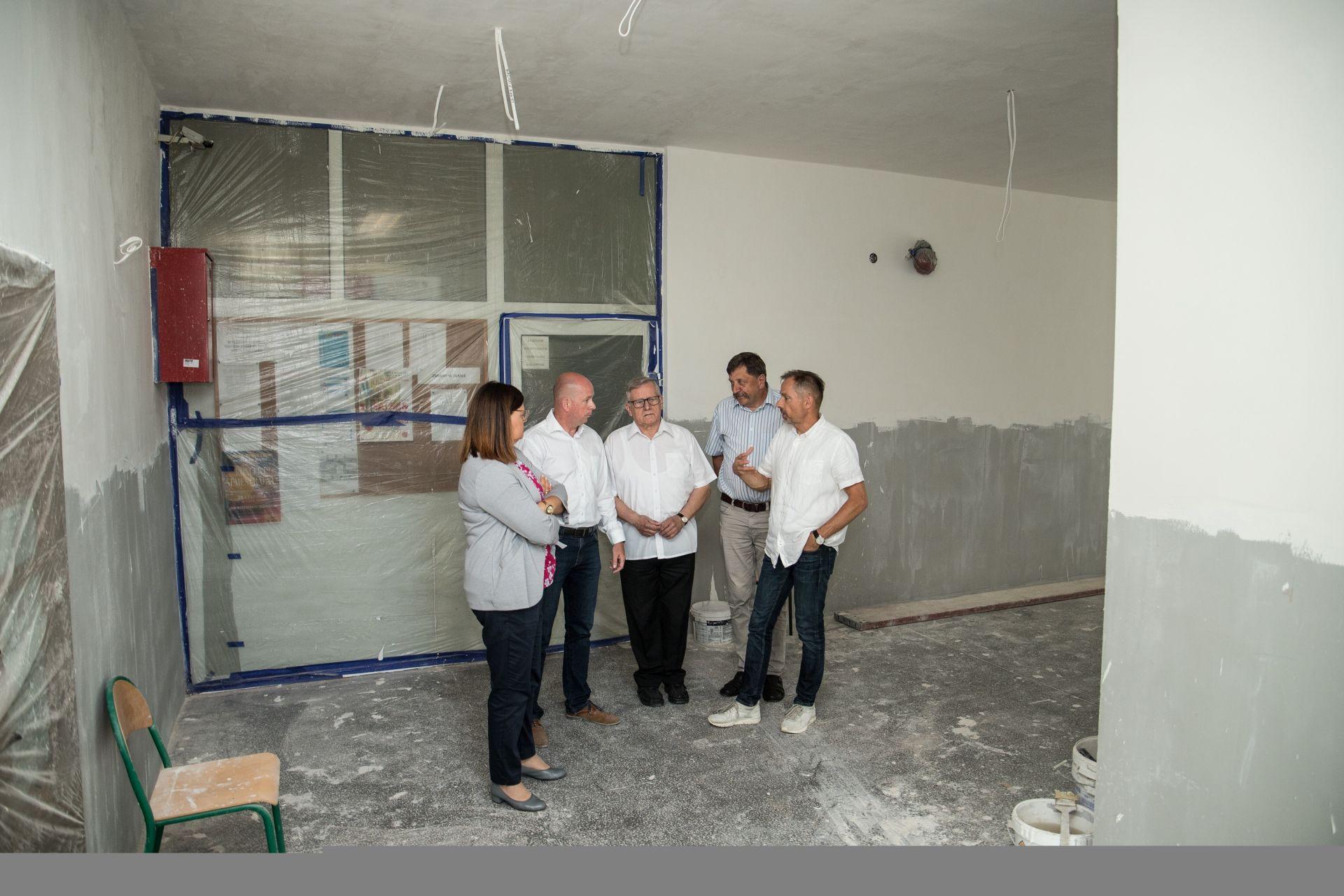 Wizyta w ZS nr 2 we Wronkach - weryfikacja postępów prac: modernizacja korytarzy szkolnych